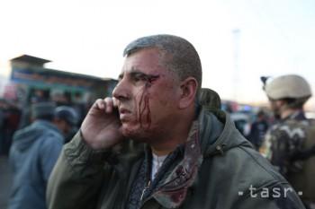 Samovražedný útočník v Afganistane zabil troch vojakov a 18 zranil
