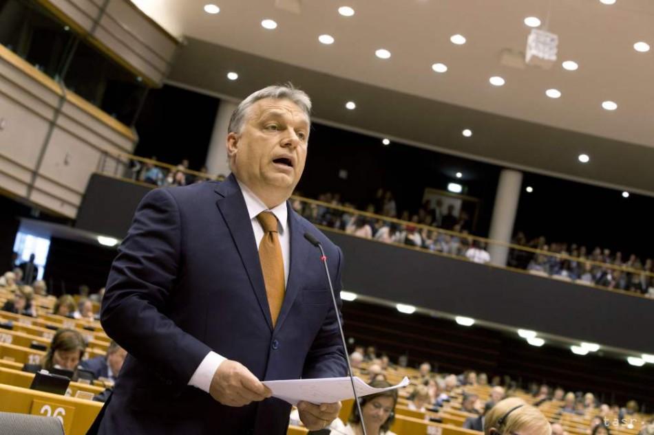 Orbán: Navrhujeme,aby migrantov Európa namiesto relokácie vyviezla von