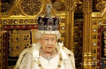 Alžbeta II. v dokumentárnom filme hovorila o jej ťažkej korune