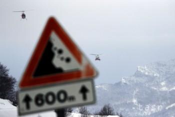 Lavína zasiahla vo Švajčiarsku štyroch lyžiarov, jedna žena neprežila