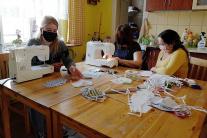 Šiť potrebné rúška pomáhajú aj mladé Rómky v OZ De