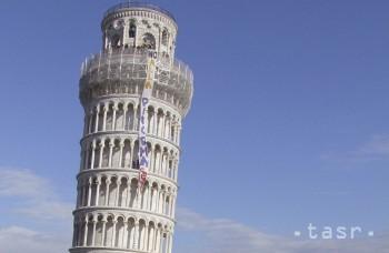 Šikmú vežu v Pise sa po rokoch snaženia podarilo jemne narovnať