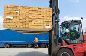 Milan Fiľo daruje Moravskej Novej Vsi drevo za 1,3 milióna korún