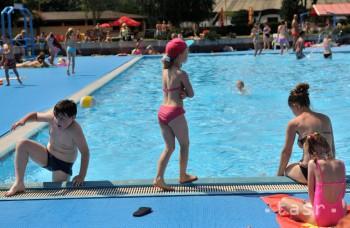 Deti treba mať na kúpalisku stále pod dozorom, aj keď je tam plavčík