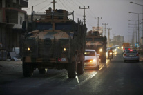 Konvoj ťažkej techniky tureckej armády v meste Akc
