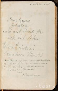 Bibliu s Einsteinovým podpisom a odkazom predali za 68.500 dolárov
