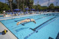 Muž skáče do bazéna