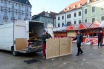 Rozoberanie stánkov po vianočných trhoch na Hlavno