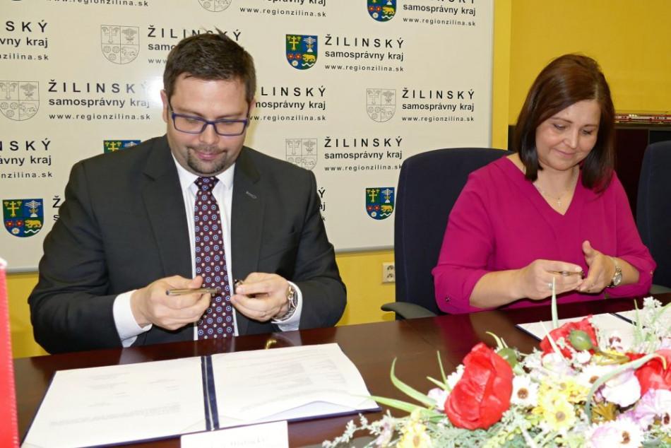 Na snímke generálny riaditeľ Železničnej spoločnosti Slovensko (ZSSK) Filip  Hlubocký a predsedníčka Žilinského samosprávneho kraja Erika Jurinová a ... 562ca1b1900