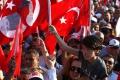 Tisíce Turkov na námestí v Istanbule odsúdili pokus o prevrat