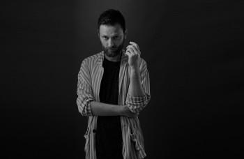 Matej Koreň prichádza so singlom Zo žúru, text mu napísal exminister
