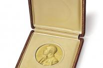 Vydražia Nobelovu cenu za medicínu z roku 1962 pre Jamesa D. Watsona