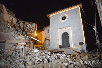 Na snímke poškodené domy a kostol po zemetrasení v Castelsantangele sul Nera v strednom Taliansku 26. októbra 2016. Strednú časť Talianska zasiahli v stredu večer dve silné zemetrasenia, podľa prvých informácií však boli výrazne menej ničivé než v auguste.