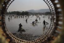 Indickí dedinčania počas sviatku Bhogali Bihu
