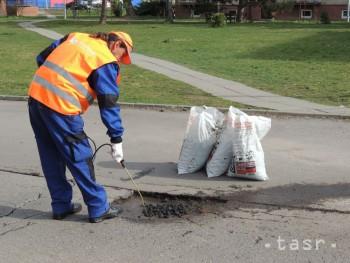 Levice chcú investovať do výstavby parkovísk a opráv chodníkov af364add73a