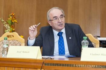 O financiách so študentmi UMB diskutoval guvernér NBS