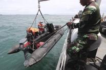 Indonézsky námorník sťahuje čln na vodu