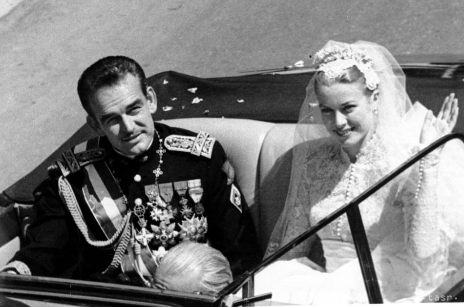 Na archívnej snímke z 19. apríla 1956 princezná Grace Kellyová máva  zástupom ľudí počas jazdy v otvorenom aute po sobáši s s princom Rainerom  III  5477c4d31be