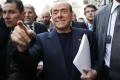 Berlusconi v piatok večer spadol. V Miláne mu zošívali peru