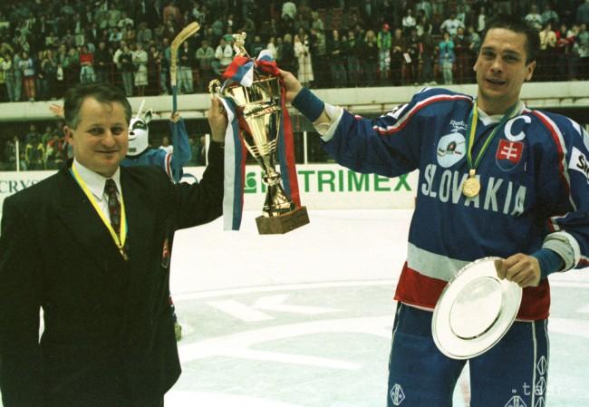 a5e989f2f6a0b Odbojárov uskutočnilo slávnostné ukončenie majstrovstiev sveta kategórie B.  Na snímke tréner slovenskej hokejovej reprezentácie Július Šupler (vľavo)  ...