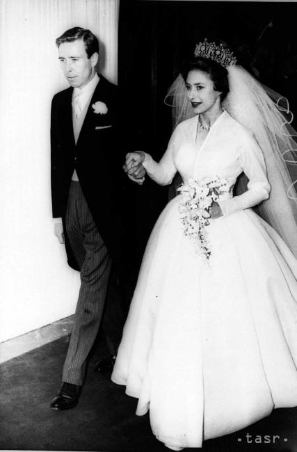 59badf08cebe Na archívnej snímke zo 6. mája 1960 Antony Armstrong-Jones a britská  princezná Margaret sa držia za ruku počas svadby. Známy spoločenský  fotograf ...