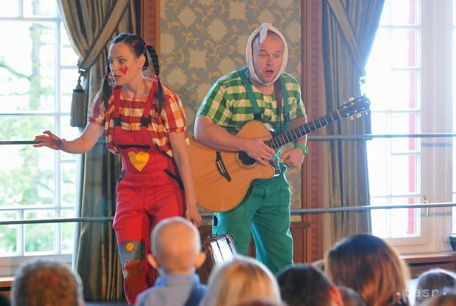 Mária Podhradská ako Spievanka a Richard Čanaky ako Zahrajko spievajú na  pódiu pri príležitosti Medzinárodného dňa detí v Grand Hoteli Kempinski  High Tatras ... 6435bd56a18
