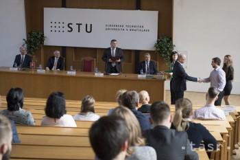 Na STU v Bratislave ocenili študentov za ich úspechy a dobré výsledky