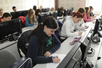 Stredoškoláci dostali minulý rok štipendiá vo výške takmer 4 mil. eur