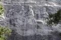 Mesto Charlottesville zakryje konfederačné sochy čiernym súknom