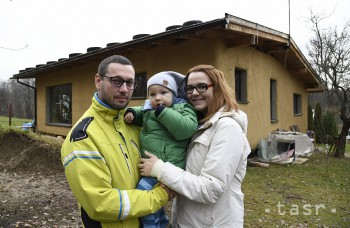 VIDEO: V Lazanoch postavili dom zo slamy, rodina si bývanie pochvaľuje
