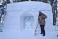 Chatár P. Petras vytvoril betlehem zo snehu. Najťažší je korpus, vraví