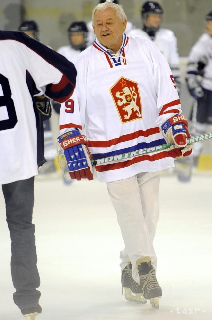 0b0d462ed Na archívnej snímke z 25. augusta 2011 v Bratislave hokejová legenda Jozef  Golonka. Foto: TASR/Michal Svítok