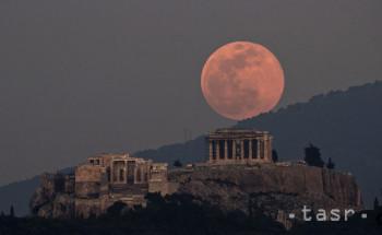Na snímke supermesiac v splne nad chrámom Parthenon na Akropole v Aténach 19. februára 2019. Takýto jav nastáva pravidelne, keď sa Mesiac nachádza v blízkosti Zeme a zároveň v tom čase nastáva spln.