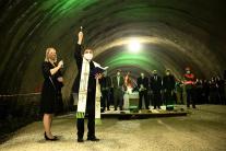kňaz, požehnanie, tunel