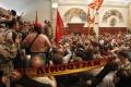 Macedónsko zatklo po útoku na poslancov v parlamente prvých šesť ľudí