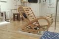 Etudy z dreva ovládli barová stolička a polička Čičmany