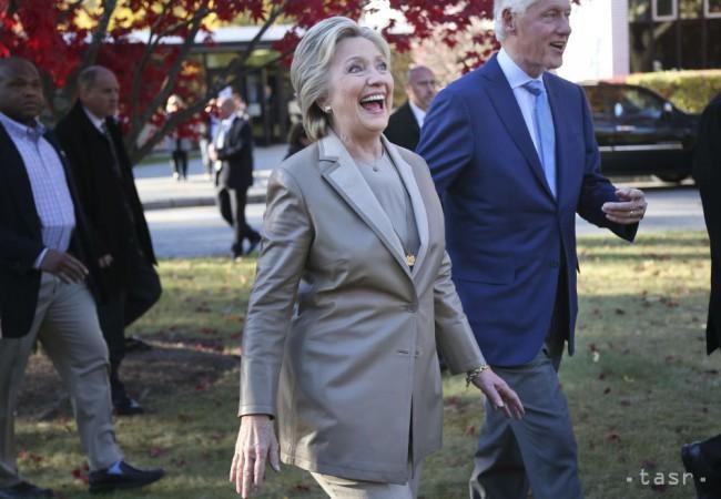 2560282ec Demokratická kandidátka na prezidenta Spojených štátov Hillary Clintonová a  jej manžel a bývaký americký prezident Bill Clinton zdravia svojich  stúpencov ...