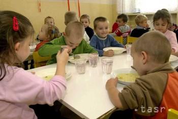 Deti jedia v škôlkach presolené obedy, prekračujú odporúčané normy