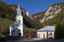 Kostol a obecný úrad v obci Stratená
