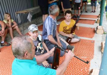 Mladí i starší súťažili v Malinovej v streľbe zo vzduchovej pušky