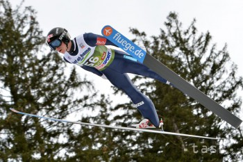 V úvodných pretekoch sezóny v skokoch na lyžiach triumfovali Nóri