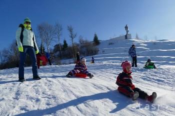 Na snímke deti sa spýšťaú zo svahu v Terchovej.