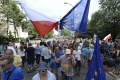 Tisíce Poliakov protestovali ôsmy deň proti sporným zmenám v súdnictve