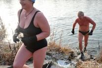Otužilci privítali Vianoce plávaním vo Váhu