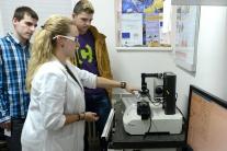 Na snímke nanoindentor