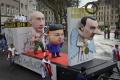 FOTKY: Alegorické vozy zobrazili Putina, Merkelovú či Kim Čong-una