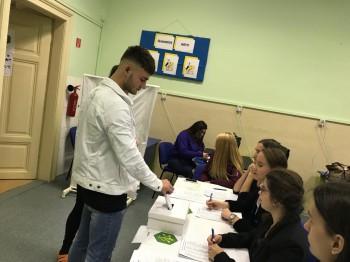 V simulovaných študentských voľbách bola účasť žiakov OA Levice vysoká