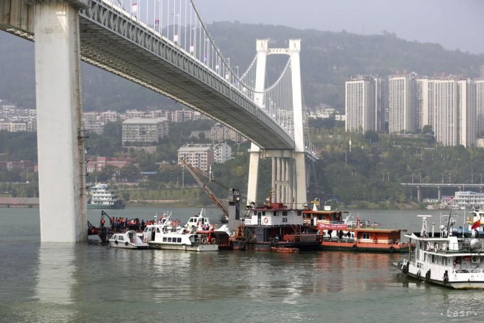 Do rieky Jang-c -ťiang sa z veľkej výšky zrútil autobus caf68799857