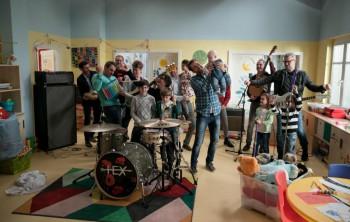 Skupina Hex nahrala titulnú pieseň k seriálu Oteckovia