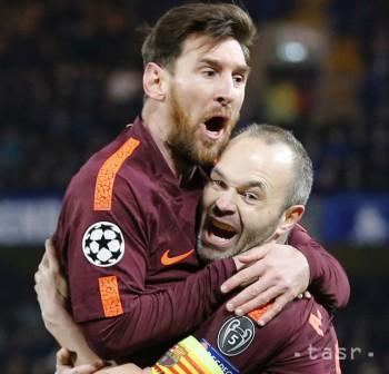 Útočník Barcelony Lionel Messi (vľavo) oslavuje s Andresom Iniestom svoj vyrovnávajúci gól počas prvého zápasu osemfinále Ligy majstrov Chelsea Londýn - FC Barcelona 20. februára 2018 v Londýne. Messiho gól bol zároveň jeho prvým v Lige majstrov 2017/2018.
